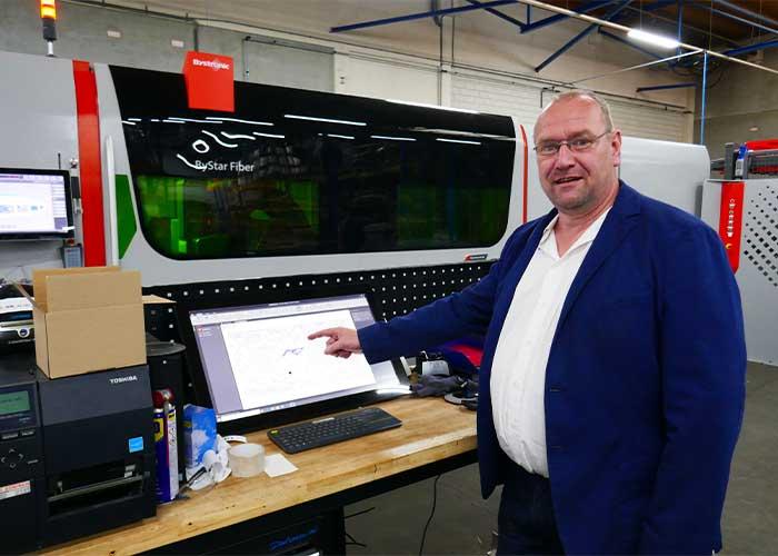 Wim Oostra maakt gebruik van moderne software om de klanten van Laserworx optimaal te kunnen bedienen.