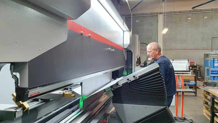 De kantbank Xpert Pro 320 met buighulpen is een hydraulische machine, die ook het grotere plaatwerk nauwkeurig en met een hoge output zet.