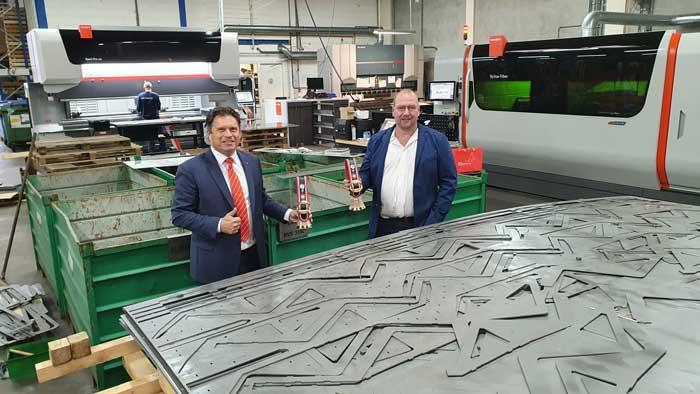 Jan Berends van Bystronic en Wim Oostra van Laserworx bij de ByStar Fiber 12 kW lasersnijmachine en 320 tons kantbank Xpert Pro 320. Beide machines en de software van Bystronic spelen een sleutelrol in de 'slimme fabriek' van Laserworx.