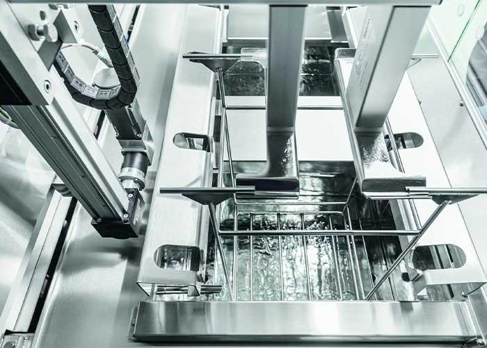 De installaties kunnen met maximaal negen reinigings- en spoeltrappen en variabel met mono-, dual- en multi-frequentie ultrageluid worden uitgerust.