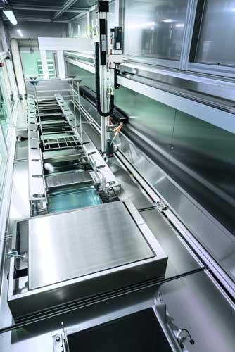 De seriematige transportautomaat beschikt over een servoaandrijving voor een behoedzaam werkstuktransport en componentspecifieke lift-out uit het laatste spoelbekken voor voordroging.