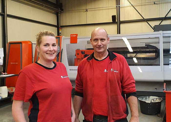 Heleen van der Linde en Jan de Roo zijn samen aan het avontuur Rolin Metaal begonnen. Heleen programmeert en bedient de lasersnijmachine, Jan concentreert zich op het laswerk.