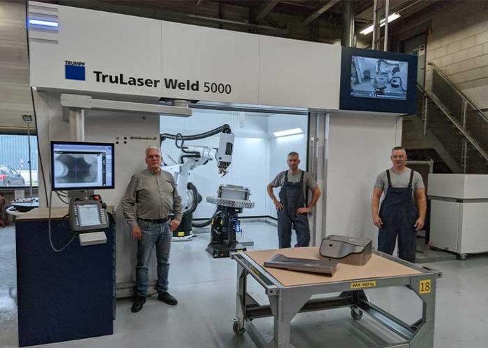 V.l.n.r.: John Bonants (Production Manager), Peter Huijs (Laserlasspecialist) en Rob van Stokkem (Laserlasspecialist) voor de nieuwe TruLaser Weld 5000 laserlasinstallatie van Trumpf. (Foto's: NTS Hermus)