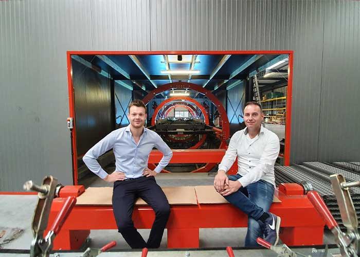 Rick Vlemmix en Willem Kuunders bij de lascel, die de meeste frames in een uur compleet last.