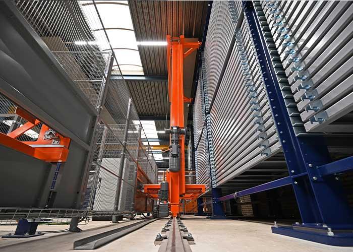 Met slechts één liftsysteem, die is gepositioneerd op een rail en zo in de langsrichting kan bewegen, kunnen alle torens worden bediend.