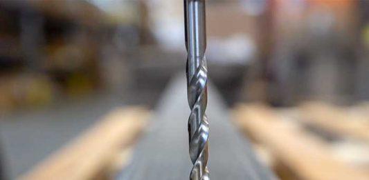 De Dormer A002 boor kan gebruikt worden in hand- of CNC-toepassingen. Hier is het boren van gehard staal.