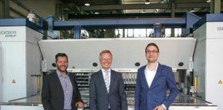 Schröder Group en WSoptics intensiveren hun samenwerking: Franz Schröder (midden), directeur Hans Schröder Maschinenbau, met Florian Sepp (links) en Christoph Weiss, de oprichters en eigenaren van WSoptics.