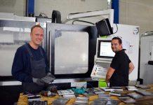 Joris Seinhorst van CNC Totaal (rechts) aan het werk op locatie bij Joop van Zanten.