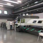 In een showroom van de BLM Group in Italië wordt de LT8 gedemonstreerd aan Pieter Fleuren van Van Kerkhof Metaalbewerking Oss.