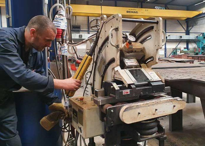 Het instellen van de plaatkantenfreesmachine is makkelijk en gebruiksvriendelijk.