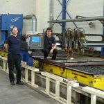 Jelle Venema en Johan Willems bij de autogeen snijmachine. De twee hebben samen meer dan 45 jaar snij-ervaring.