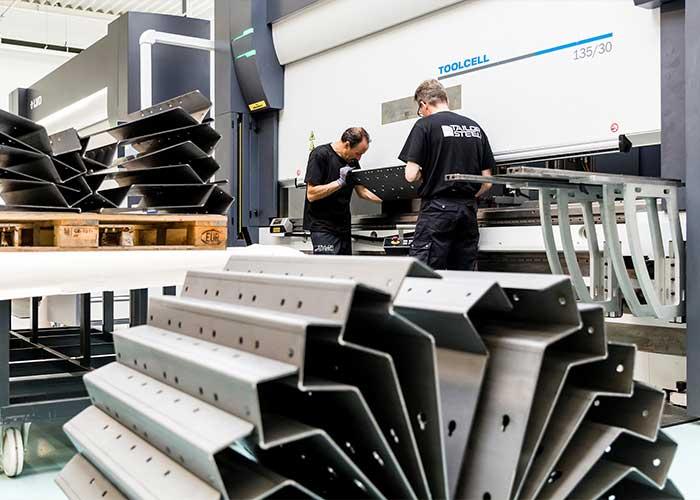 Naast op maat gesneden metalen platen en buizen levert 247TailorSteel ook kantdelen op maat.
