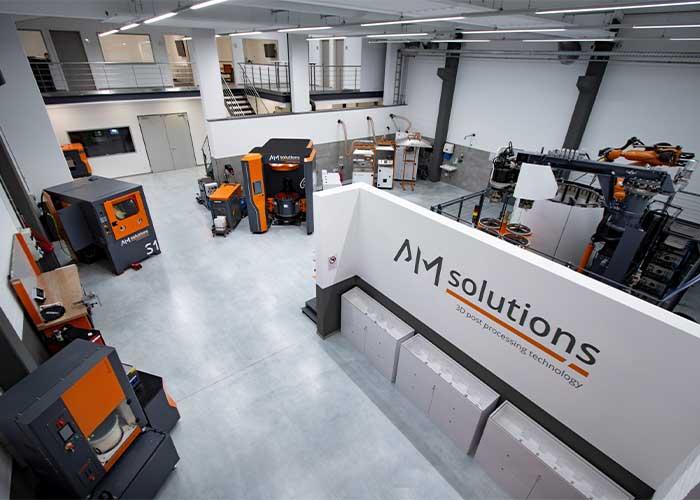 Op de nabewerkingsafdeling kan AM Solutions een scala aan machines demonstreren voor de nabewerking van 3D-geprinte componenten.