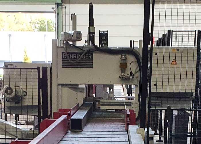 De Behringer HBE 320/523 GA verstekautomaat is een dubbele verstekmachine die het materiaal (tot een maximale afmeting van 320 mm) automatisch aanvoert en in verstek zaagt.