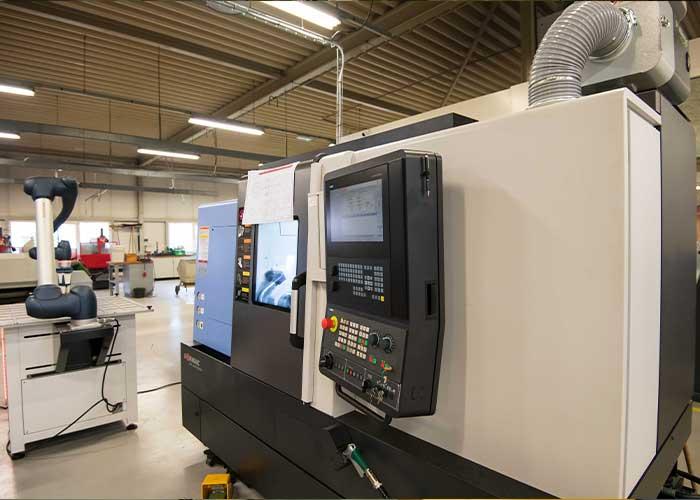 De Doosan Lynx 2100LYA is een compacte CNC-draaibank met onder andere aangedreven gereedschappen, Y-as en automatische toolsetter.