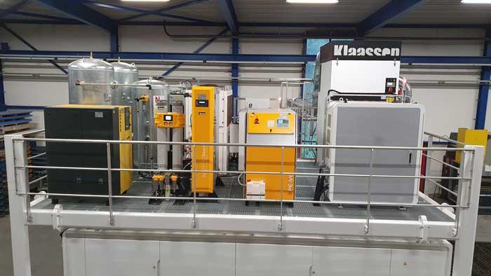 Het bordes boven de lasersnijmachine is volgepakt met laserbron, koeling, afzuiging én (aan de linkerzijde) apparatuur om zelf stikstof te maken.