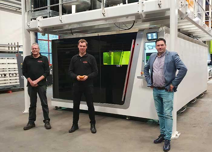 V.l.n.r. Berti Lensink en Teun Weenink van Lensink Constructie-Machines en Jurgen Kroeze van Technische Handelsonderneming Klaassen bij de 8 kW Bodor lasersnijmachine.