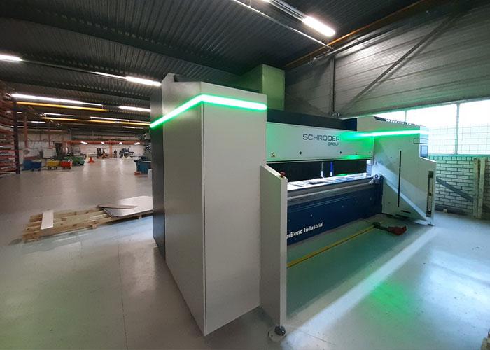 Er kan ook aan de voorzijde van de machine geproduceerd worden om smalle en kleine producten te buigen.