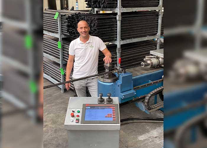 """Directeur/eigenaar Paul van de Westerlo van de Weko Group bij de geretrofitte doornbuigmachine: """"Morris heeft perfect werk geleverd. We zijn heel blij met het resultaat."""""""