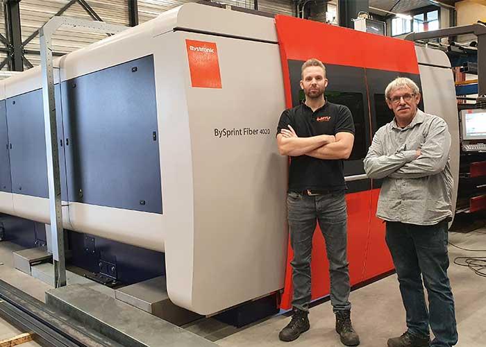 Martin Gruijters en Frans Schepers bij de Bystronic BySprint fiberlaser die is geleverd door Laser & Bending Machines.