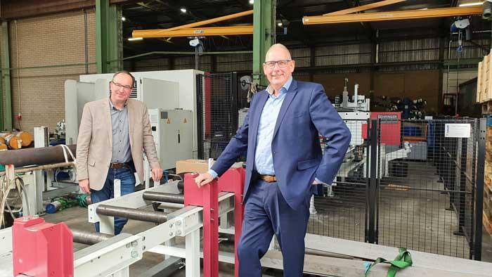 Benno Dieben van Promatt (links) en vestigingsmanager Frans Witteman bij de twee zaagautomaten. Deze machines stellen Teham Pongers in staat de kwaliteit en de leverzekerheid te bieden die de klanten verlangen.