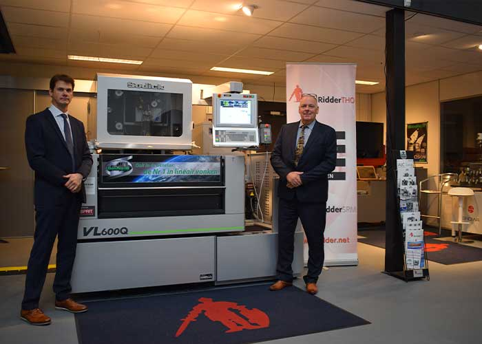 Tom Noens (l) en Hans Wisman voor de Sodick VL600Q draadvonkmachine in het TechCenter in Best.