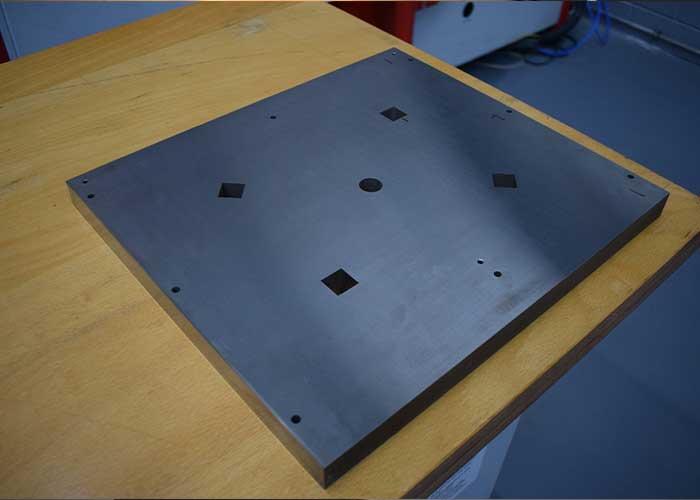 De testplaat die is gevonkt met de nieuwe, ultra-nauwkeurige Sodick ALC 600P is 400x300 mm. De afwijking na het vonken over de gehele lengte bedraagt respectievelijk 0,8 micrometer en 0,7 micrometer.