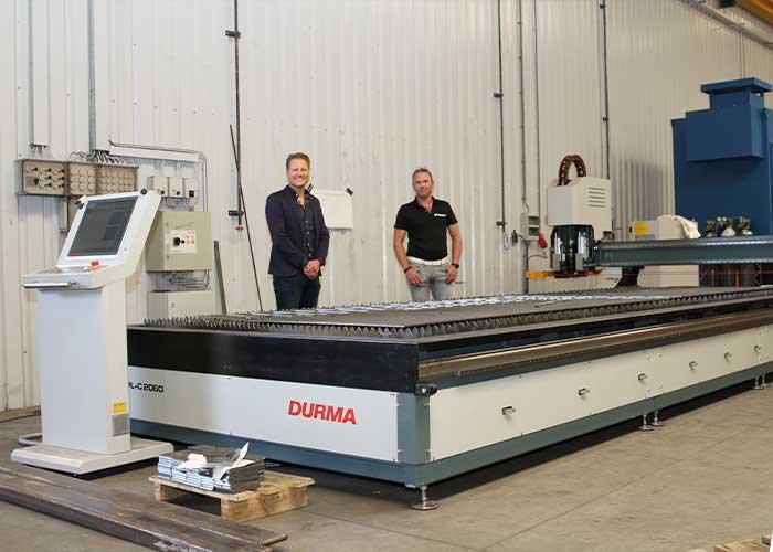 Leendert van Pommeren (rechts) en Maik Wensink bij de Durma PL-C 2060 plasmasnijmachine.