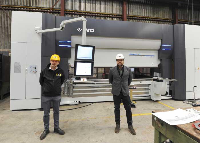 LVD heeft de eerste machine, een ToolCell XT kantbank (135 ton, 4 meter) met automatisch wisselsysteem en vergroot gereedschapsmagazijn, al geleverd. Links Henk Breman, rechts Robin Heinzmann.