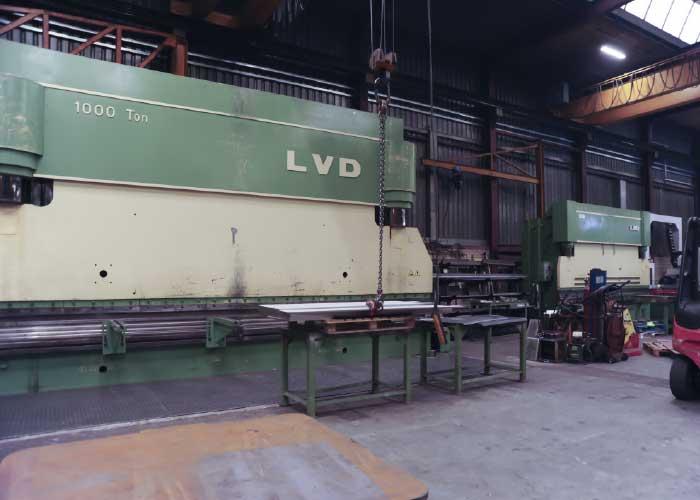 Op de oude plaatwerk-afdeling staan nu nog enkele grote kantbanken van LVD, die weliswaar gedateerd zijn maar nog steeds prima functioneren. Zodra de nieuwe faciliteit van Breman Bending klaar is, wordt afscheid genomen van deze machines.