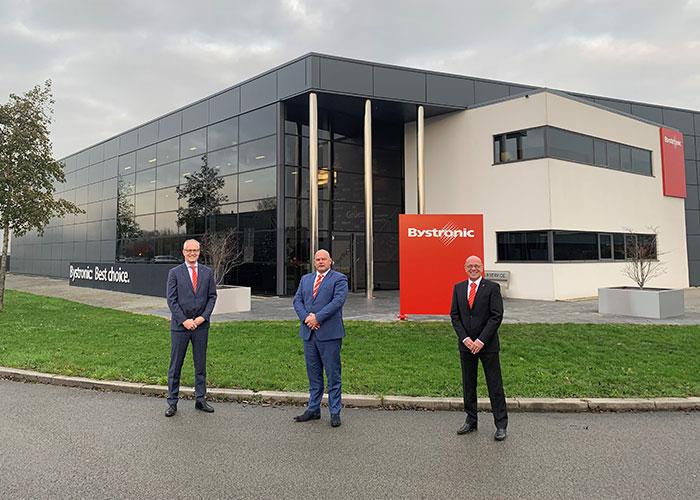 Begin december is op het bedrijfspand van Weber Laserservice in Heteren de signing van Bystronic aangebracht. V.l.n.r. Hans van de Meerakker, Martin van de Weg en Patrick van den Berg.