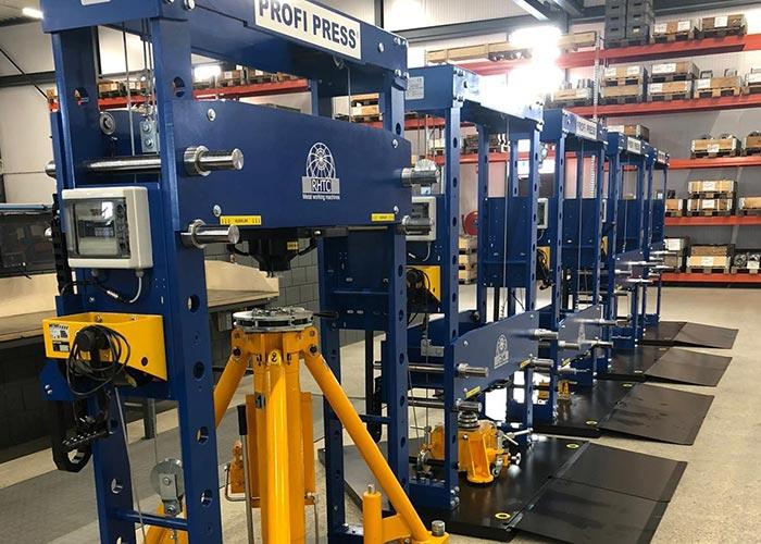 Op basis van het concept van een hydraulische werkplaatspers heeft RHTC een nieuwe installatie ontwikkeld, waarmee allerlei verschillende krikken kunnen worden getest.