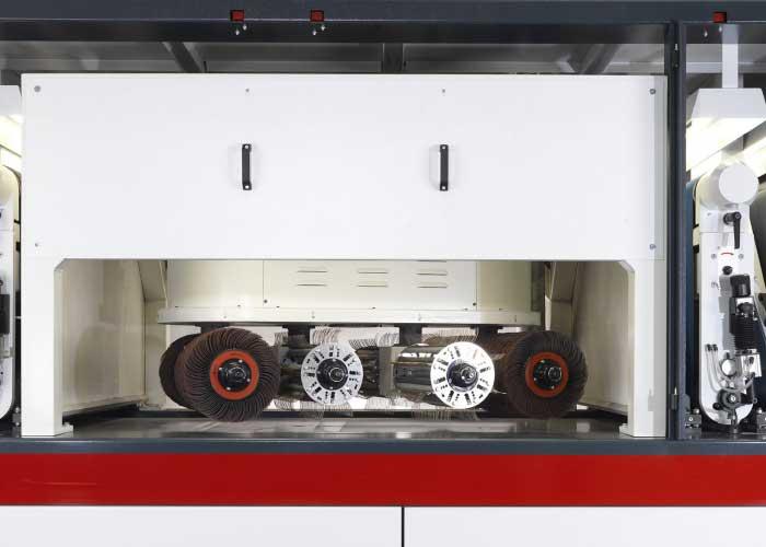 Timesavers maakt gebruik van de roterende borstels om een gelijkmatige kantafronding te verkrijgen.