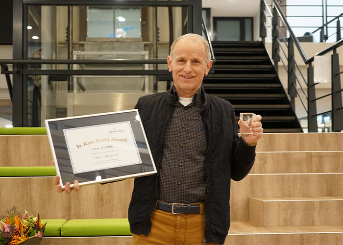 André Heesterbeek met de Kees Kooij Award 2020. Hij staat bekend als een zeer deskundig docent die de lesstof, ongeacht het niveau van de cursisten, goed weet over te brengen.