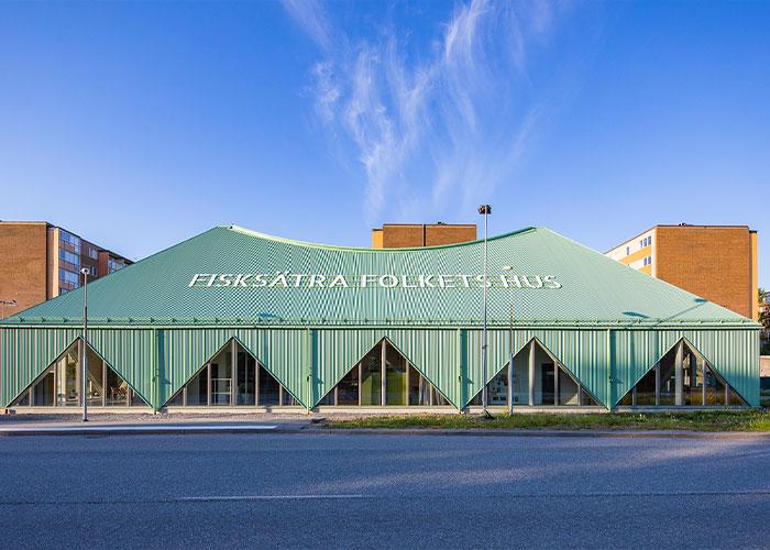 De Zweedse sterarchitect Thomas Sandell koos voor GreenCoat voorgelakt staal voor de gevels en het dak van Fisksätra Folkets Hus omdat hij overtuigd is van de esthetiek, duurzaamheid en milieuvriendelijkheid van het materiaal.