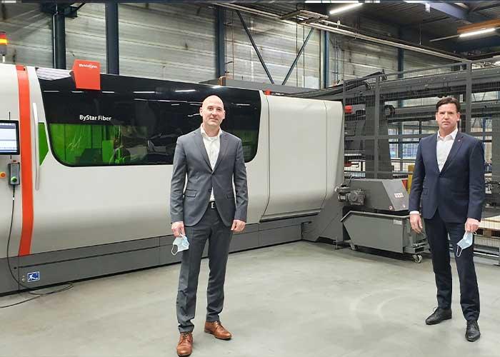 Toine van de Rijdt (links) van VD Leegte Metaal en Erik Metternich van Bystronic bij de 12 kW fiberlasersnijmachine met geautomatiseerd uitsorteersysteem.