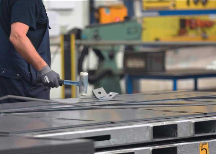 VD Leegte Metaal wil af van het uitslaan van producten. Het is fysiek zwaar werk en de medewerkers kunnen beter voor andere werkzaamheden worden ingezet.