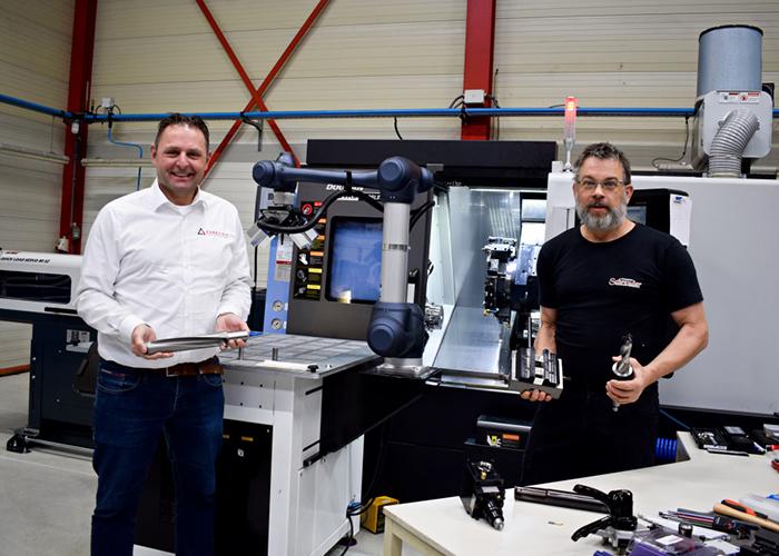 Jordy Pieper (l) en Dennis Schreuder voor de nieuwe Doosan Lynx 2100LSY CNC-draaimachine met cobot-automatisering.