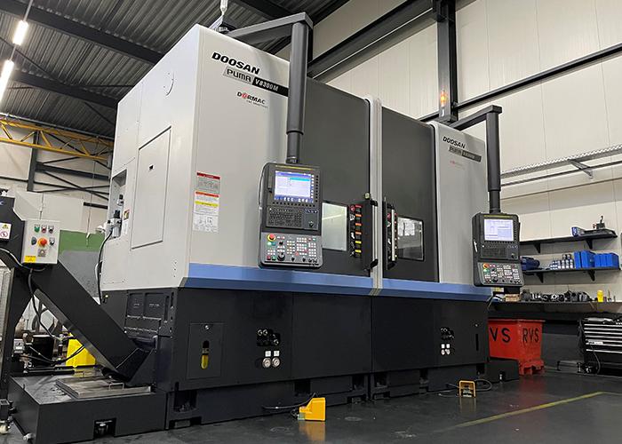 De Dekens Groep heeft naast de metaalgieterijen ook een eigen machinefabriek. Recent is deze uitgebreid met twee verticale Doosan Puma V8300 M draaibanken.