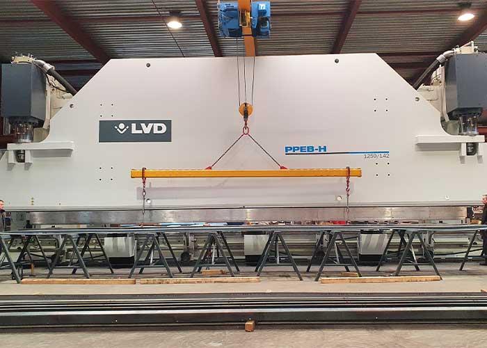 De nieuwe PPEB-H kantbank van LVD heeft een lengte van 14 meter en een tonnage van 1250 ton. Hiermee kan Den Oudsten tot 8 mm dik over de hele lengte nauwkeurig en snel zetten.