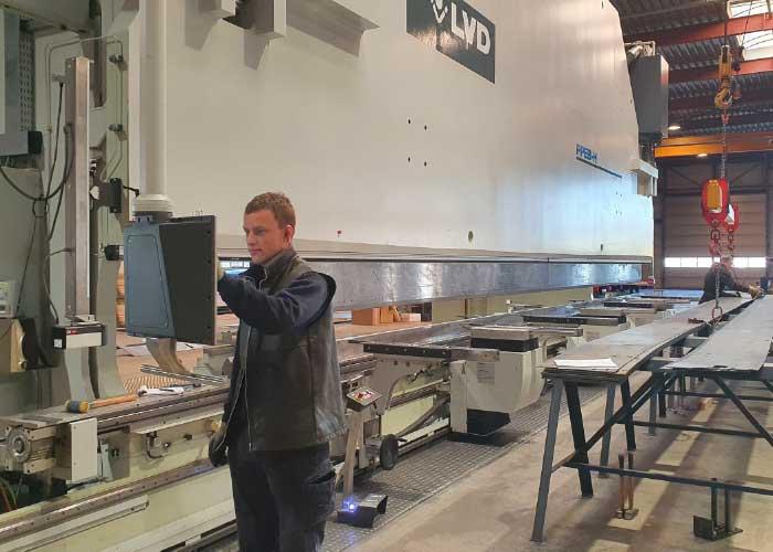 Operator Harrie Drost programmeert de nieuwe kantbank.