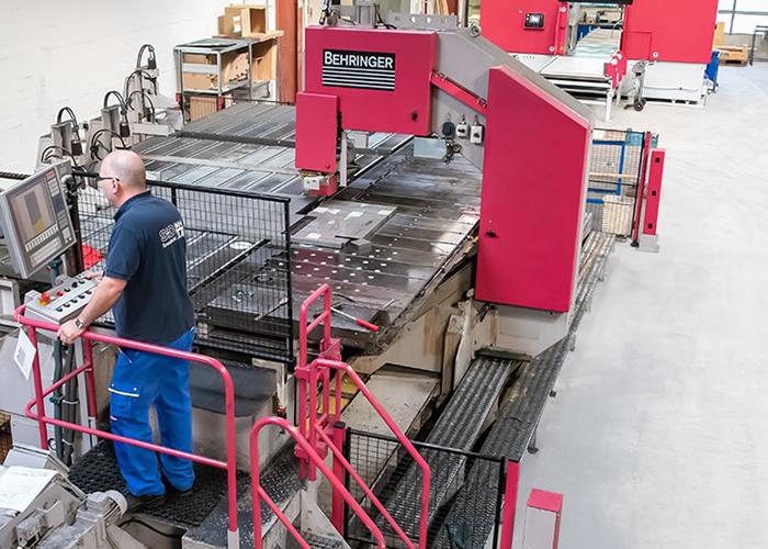In het service center in Hamburg beschikt S+D Metals over een hoogwaardig machinepark om stafmateriaal en platen nauwkeurig op maat te zagen.