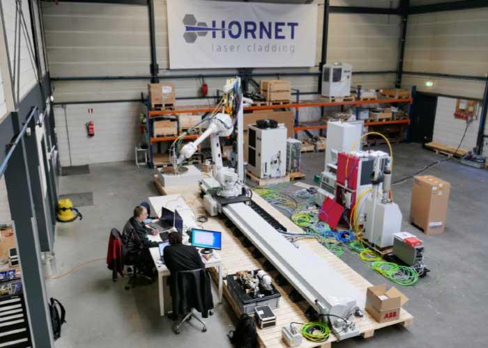 Een systeem in opbouw voor een klant in Australië gaan. Het is een mooi voorbeeld van de complexe machines die Hornet aan kan: 10-assige systemen met vier uit te wisselen koppen voor verschillende lasercladprocessen.