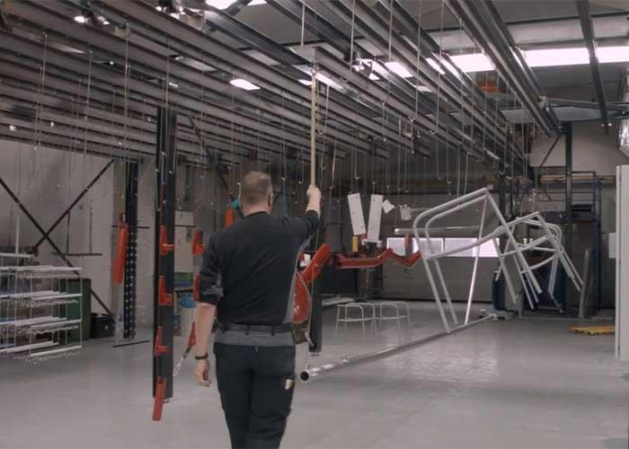 Met de opening van de nieuwe poedercoatstraat kunnen nu objecten tot wel 7 meter behandeld worden.