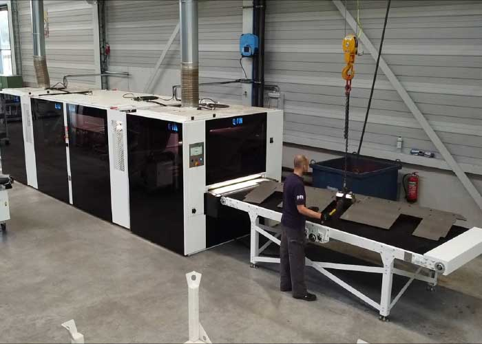 In de automatische ontbraamstraat bij Willems Baling Equipment kunnen grote plaatdelen in één doorgang dubbelzijdig worden ontbraamd.