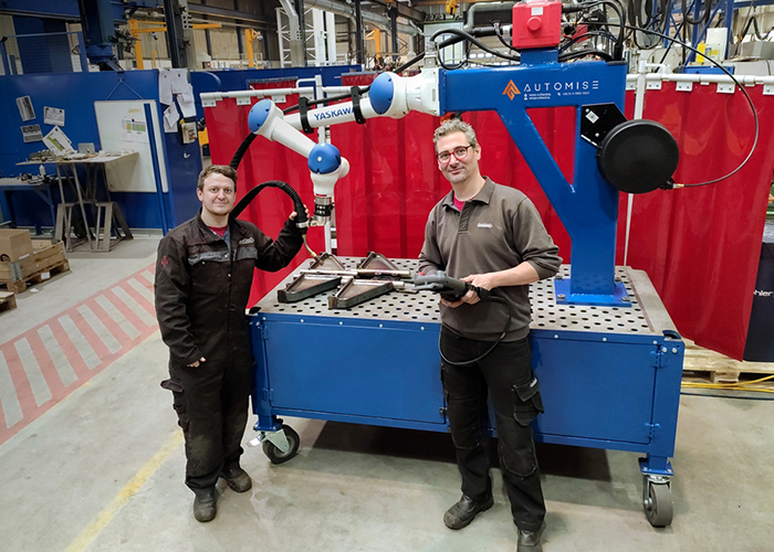 """Niels Verbeet en Vanya Staalman, robot- en cobotprogrammeurs bij Nooteboom, hebben de Yaskawa HC10 tot op heden gebruikt om kleinere producten te lassen. """"Het programmeren is eenvoudig en we hadden al snel een aantal programma's gereed."""""""