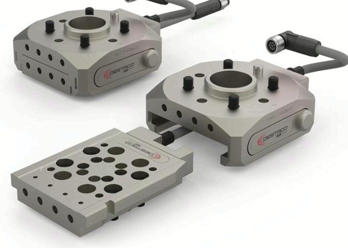 De TC1 is een handmatige gereedschapswisselaar voor cobots van Destaco. De wisselaar heeft vier geïntegreerde persluchtdoorvoeren en optionele elektrische doorvoermodules voor directe aansluiting op de connector van de robotarm of het gereedschap (foto: Destaco)