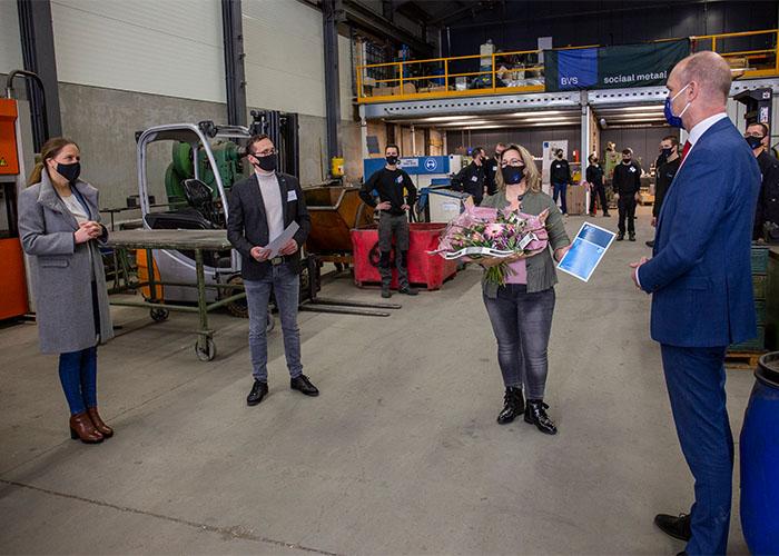 Minister Carola Schouten (links) en fractievoorzitter Gert-Jan Segers (rechts) van de ChristenUnie op bezoek bij BVS Sociaal Metaal om het PSO 30+ keurmerk te overhandigen aan Jolanda en Erwin van Soest.