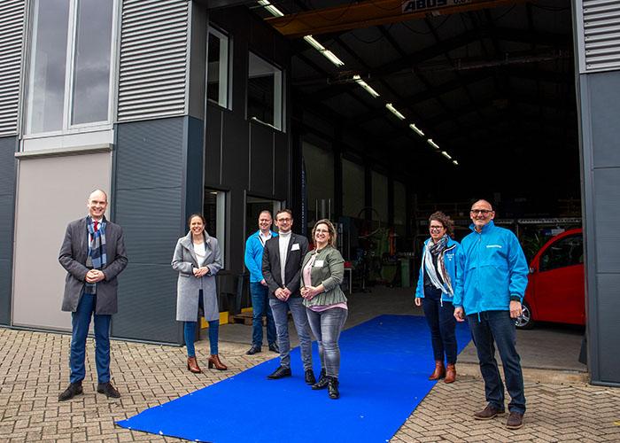 Voor de foto buiten mochten de mondkapjes weer af bij Erwin en Jolanda van Soest en de leden van de ChristenUnie die op campagne waren voor de Tweede Kamer verkiezingen.