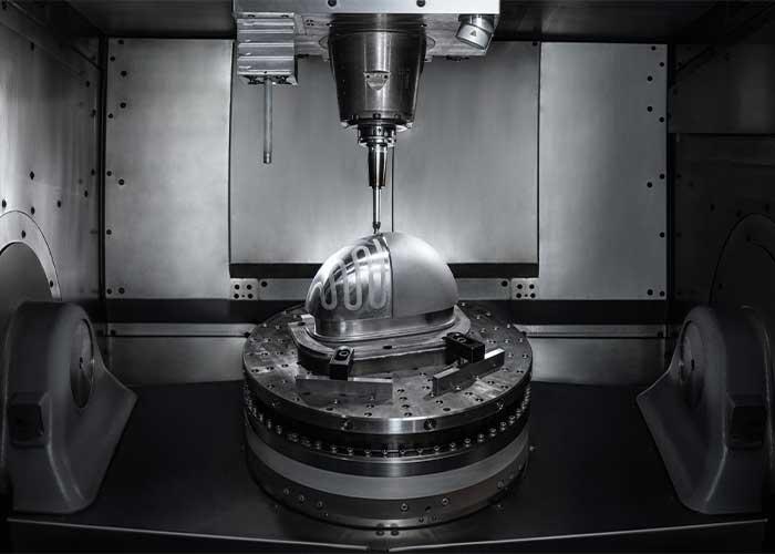Dankzij een poedernozzle kan Hermle met de MPA 42 zowel materiaal opbouwen als wegfrezen (foto's: Hermle)